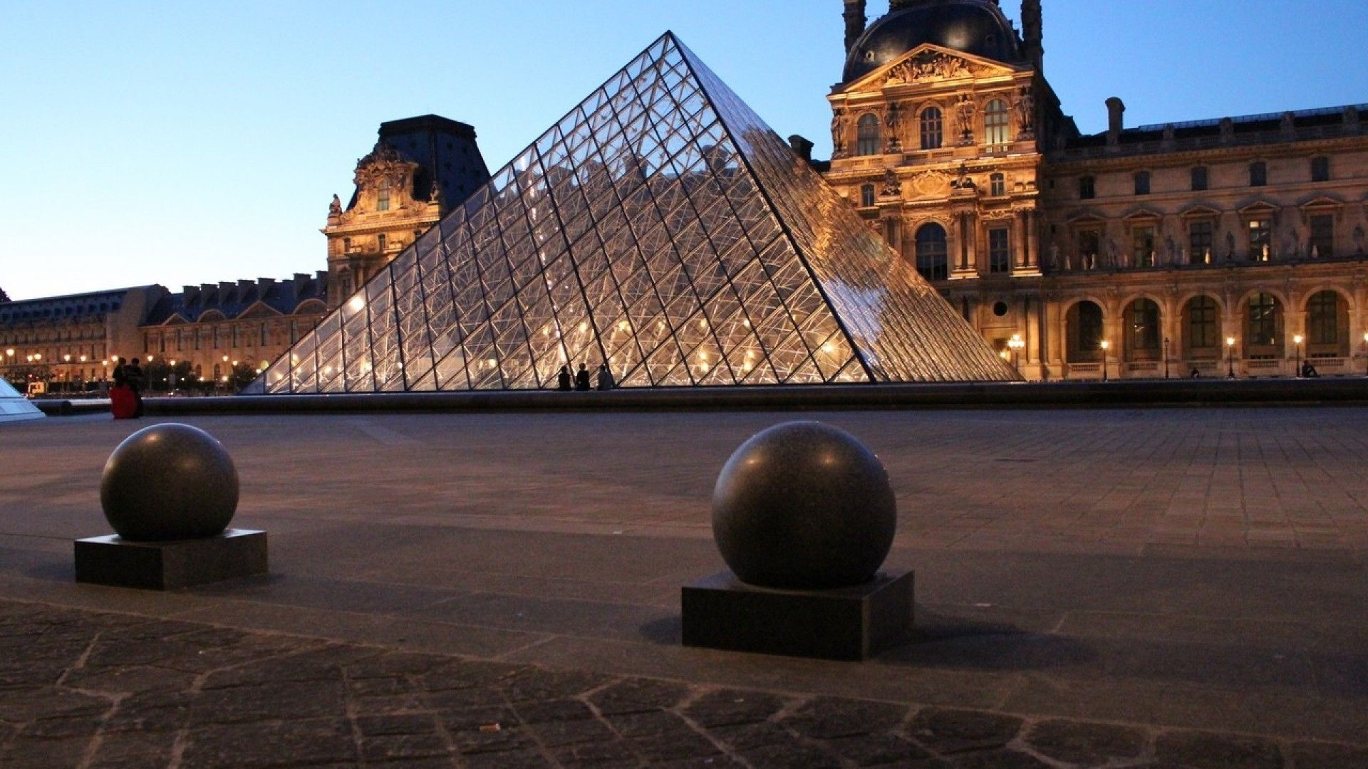 Louvre Museum background picture